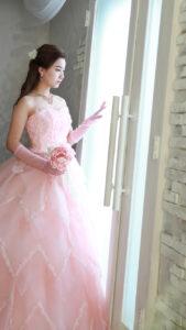 美しいピンクのドレスのモデル